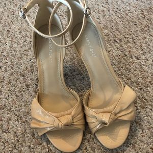 Marc Fisher nude leather bow sandals - size 9